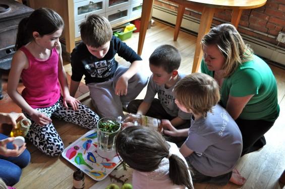 kids making green smoothies